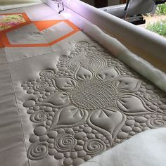 how to do crazy patchwork Machine Quilting Patterns, Longarm Quilting, Free Motion Quilting, Quilt Patterns, Crazy Quilting, Crazy Patchwork, Block Patterns, Quilting Tutorials, Quilting Projects