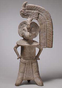 Pequeña escultura antropomorfa con cabeza de pájaro. Totonaca. Período Clásico mesoamericano. 100A. de C.- 900 D. de C. Culturas de Golfo, Centro de Veracrúz, México. mcba.