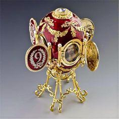 Para el diseño de los huevos imperiales Fabergé se inspiró en distintos estilos artísticos europeos; como el Barroco, el Rococó, el Neoclásico o el ...