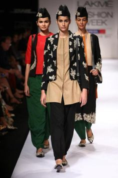 Sabyasachi Mukherjee  Lakme Fashion Week  india  2011 zelene nohavice mam a pridat nejaky cerveny top a  k tomu vestu