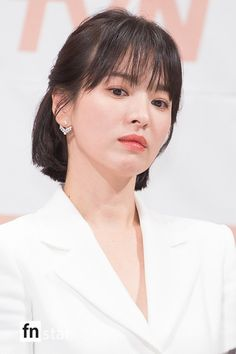 Use short skirts to look young but unfortunately, Song Hye Kyo unfortunately revealed that his legs are not flat - neuck Korean Actresses, Korean Actors, Song Hye Kyo Style, Self Tanning Tips, Actress Wallpaper, Song Joong Ki, Dramas, Look Younger, Short Skirts