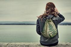 Saco de transportar às costas, com cordões para fecho e para usar como mochila. Motivos decorativos de ramagens e árvores. #mochila #saco #fashion #costura