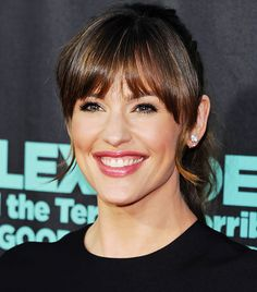 Jennifer Garner sports heavy bangs and a soft rosy glow. // #RedCarpet #Beauty
