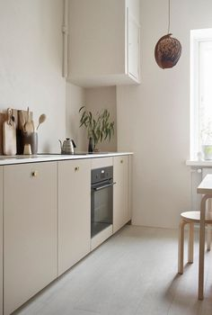 45 Awesome Modern Scandinavian Kitchen Ideas including this lovely neutral kitchen in a simple design with base units in a beige, and simple wooden seating Interior Desing, Home Interior, Interior Design Kitchen, Interior Modern, Coastal Interior, Modern Luxury, Interior Livingroom, Interior Decorating, Classic Kitchen