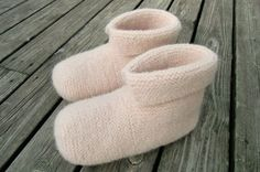 Strikk og tov et par deilige, varme tøfler - av Tusen Ideer Diy And Crafts, Arts And Crafts, Slipper Boots, Knitting Socks, Mittens, Knitwear, Knitting Patterns, Knit Crochet, Slippers