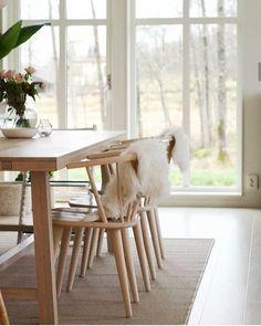 Har du dessa skönheter i dina ägor?  Vi älskar att se våra möbler hemma hos er tagga gärna din bild med #rowico så vi kan hitta dig!  Som här hemma hos @h.huset riktigt snyggt med våran CARMEN stol och och BROOKLYN matbord! . . . . . . . #scandinavianliving #scandicroom #nordichome #svenskdesign #heminredning  #interiorandliving #inredningsinspiration #inredningsinspo #matbord #diningtable #heminredning #svenskdesign #matplats #möbler #nordicstyle #scandinavianstyle Scandinavian Living, Wishbone Chair, Dining Table, Torsdag, Inspiration, Furniture, Brooklyn, Design, Home Decor