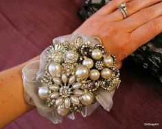 a possibility brooch wrist corsage! this would be perfect for the moms so they could have a keepsake that would match my bouquet! Brooch Corsage, Corsage And Boutonniere, Wedding Brooch Bouquets, Corsage Wedding, Wrist Corsage, Flower Bouquet Wedding, Boutonnieres, Prom Corsage, Boquet