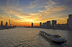 Tanker in de afvaart om te gaan laden in Rotterdam