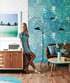 Photo via: Real Living This bright palm print wallpaper complements the beachy elements of this modern room. Sala Tropical, Estilo Tropical, Tropical Style, Coastal Style, Decoration Chic, Happy Room, Interior And Exterior, Interior Design, Diy Design