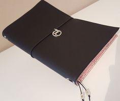 Beim Midori handelt es sich um eine Lederhülle, in die man Notizhefte einklemmen kann und hinterher wieder austauschen kann, je nachdem, was man gerade braucht. In einem Heft führe ich meinen Kalen…