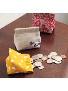 Make a Mini Coin Purse and Other Quilted Bags - Quilting Daily - The Quilting Companypattern for coin purse frame Coin Purse Pattern, Coin Purse Tutorial, Pouch Pattern, Diy Coin Purse, Coin Purses, Pouch Tutorial, Fabric Purses, Fabric Scraps, Bag Patterns To Sew