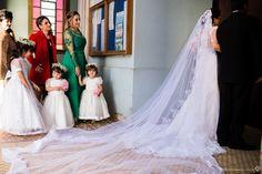 crianças observam a noiva antes de entrar na igreja em Ibiuna