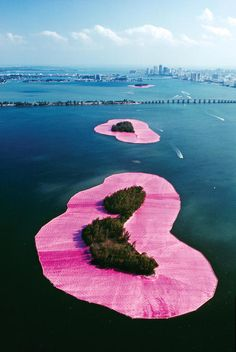 Duo Christo et Jeanne-Claude, masters in the Land art, did a sublime installation in 1983 : Surrounded Islands. During two weeks, we can see on the Biscayne Bay Land Art, Christo Y Jeanne Claude, Design Museum London, Robert Smithson, Pink Island, Art Environnemental, Richard Long, Kunst Poster, Street Art