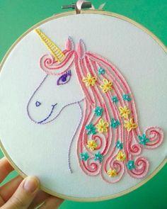 Un unicornio que representa nuestro lado más cursi, y hasta a las abuelitas les gustaría. | 19 Pruebas de que los bordados serán el hobby más hipster de 2017