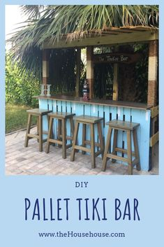 DIY - Pallet Tiki Bar (aka the Treekee bar) - the House house - Conny M. - DIY - Pallet Tiki Bar (aka the Treekee bar) - the House house See how we made this fun tiki bar out of pallets! Outdoor Tiki Bar, Outdoor Pallet Bar, Outdoor Kitchen Bars, Outdoor Decor, Diy Pallet, Outdoor Bars, Pallet Projects, Pallet Benches, Pallet Couch