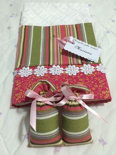 Toalhas de mão e sachês perfumados com cartãozinho personalizado.