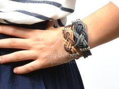 Una maravillosa pulsera Cork Portuguse con un hermoso nudo nautico y separadores y cierre en zamak, plata esterlina chapada,. se trata de una pieza única de llevar. 🌲 Corcho 🌲 Cork tiene cualidades específicas, lo que hace de ella una pieza muy singular de uso: Muy ligero, impermeable,