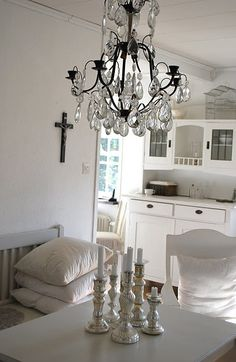 Lovely old chandelier with crystal icicles Old Chandelier, Chandelier Ideas, Chandeliers, Love Home, Dinner Table, Lamp Light, Table Settings, Shabby Chic, Ceiling Lights