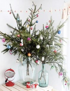 30 Amazingly brilliant DIY Christmas tree alternatives - - This holiday season, skip the traditional Christmas tree and try decorating your home with a non-traditional tree that can be placed anywhere. Creative Christmas Trees, Christmas Tree Branches, Small Christmas Trees, Simple Christmas, Christmas Tree Decorations, Christmas Diy, Christmas Chandelier, Summer Christmas, Green Christmas