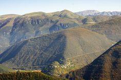Il Borgo di Ponte visto dal Monte Maggiore sulla strada che conduce alla Roccheeta, sullo sfondo il Monte Vettore