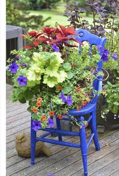 Garden decoration with old chairs and colorful flowers Container Plants, Container Gardening, Arrangements Ikebana, Chair Planter, Pot Jardin, Perfect Plants, Painted Chairs, Garden Chairs, Garden Projects