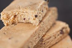 No bake proteinbars (vegan & glutenfria) | ROETHLISBERGER | Bloglovin' ------ (för 4 bars)  1 dl/50g fettreducerat kokosmjöl 1/2 dl/28g fettreducerat mandelmjöl 1/2 dl proteinpulver med vaniljsmak (kasein-, ärt-, ris- eller valfri vegan proteinblandning. Jjag använde det här) 1/2 dl jordnötssmör luxe i smaken toffee fudge crunch 1/2 dl 2 tsk sirap (agave för vegan, jag använde fibersirap gold) en nypa salt 1 msk mjölk (jag använde vanlig komjölk, men givetvis funkar valfri vegansk mjölk)…
