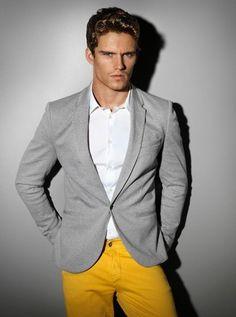 Tenue: Blazer en laine gris, Chemise de ville blanc, Pantalon chino moutarde