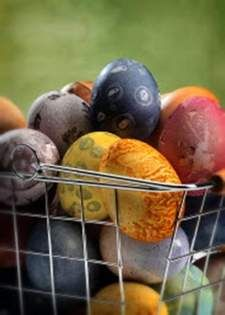 Color your Easter eggs with homemade dyes made of fruits, vegetables and spices. Find out how!