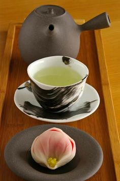 Rodenhouse , need translation help Japanese green tea and sweets Más Japanese Wagashi, Japanese Sweets, Japanese Food, Chocolate Cafe, Tea Culture, Japanese Tea Ceremony, Tea Art, Tea Recipes, Pinterest Board
