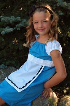 I WISH I could make this ! I want a decent length  Alice costume