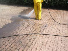 Lavaggio e pulizia mattoncini autobloccanti, idropulizia con acqua fredda ad alta pressione.