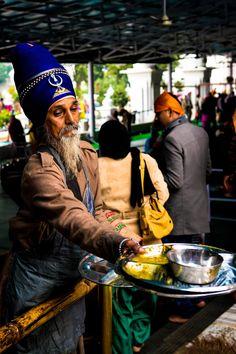Nihang, Punjab Essensverteilung im goldenen Tempel India Colors, Colours, Jagjit Singh, State Of Decay, Anthropologie, Amazing India, Indian People, Amritsar, First Novel