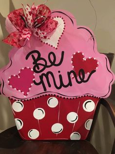 "Large Wood ""Be Mine"" Cupcake Door Hanger - San Valentin Regalos Caja Valentine Day Wreaths, Valentines Day Decorations, Valentine Day Crafts, Holiday Crafts, Valentine Ideas, Holiday Decorations, Initial Door Hanger, Burlap Door Hangers, Minions"