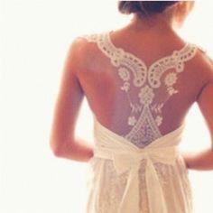 sırtı açık bir elbise veya bluzunu bu şekilde şıklaştırabilirsin:)