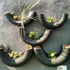 New suggestion for the recycling of used tires cut the pieces and assemble your vertical garden, as the image.  In addition to environmentally friendly, the vertical garden with tires is very handy for you that has little room for growing plants. How about?