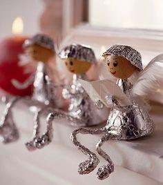 Alufólia, fehér toll és fagolyók - mindössze ennyi kell és egy kis kézügyesség. Csodásan mutatnak az ablakpárkányon a kis angyalkák.  #karacsonyi_angyal  #karacsonyi_dekoracio  #christmas_angel  #christmas_decorations
