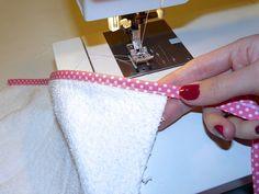 DIY spuugdoekjes | Tutorial: hoeken afwerken met biasband – Maak Het Met Rachel Diy Sewing Projects, Sewing Hacks, Twin Babies, Diy Baby, Crochet Baby, Diys, Infant, Coin Purse, Diy Crafts