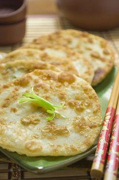 Китайские лепешки с зеленым луком: Хрустящая корочка и мягкая текстура внутри, слегка солоноватый аромат хлеба в сочетании с запахом зеленого лука