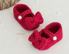 These little baby booties are beyond adorable! If you're looking for a fantastic and free pattern to crochet a pair of baby booties quickly, this just might fit the bill. With big bows and st…