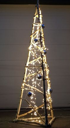 In this DIY tutorial, we will show you how to make Christmas decorations for your home. Wall Christmas Tree, Outside Christmas Decorations, Creative Christmas Trees, Modern Christmas, Outdoor Christmas, Xmas Tree, Simple Christmas, Christmas Holidays, Alternative Christmas Tree