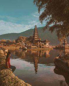 Untuk satu menit berjalan kaki di luar duduk di sana dalam diam melihat ke langit dan merenungkan betapa menakjubkan kehidupan ini.  www.CatatanWisata.com - Thanks ig @anggrenino Loc: Ulun Danu Temple  Bedugul  Bali Indonesia - #pesonaindonesia #wonderfulindonesia #ngetrip #traveling #catatanwisata #indonesia #neverstopexploring #traveldiary #travelblogger #travelblog #explorer #wonderfulplaces #travels #travellifestyle #travelandexplore #travellover #ulundanutemple #bedugul #bali