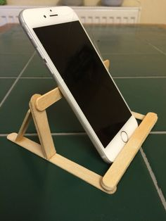 Just made a phone stand using Popsicle sticks and super-glue :) the phone can al - Iphone Holder - Ideas of Iphone Holder - Just made a phone stand using Popsicle sticks and super-glue the phone can also be placed horizontally Diy Popsicle Stick Crafts, Popsicle Sticks, Iphone Holder, Cell Phone Holder, Diy Phone Stand, Diy And Crafts, Crafts For Kids, Diys, Stick Art
