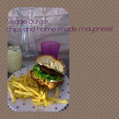 Veggie burger con patatine fritte e mayonese fatta in casa. yummy!!!
