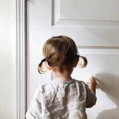 """oldfarmhouse: """" Adorable little piggies and a beautiful wrinkly linen top from that I want one just like in my size. Really, is anything better than. Little Blessings, Let Them Be Little, People Fall In Love, Family Kids, Classic Outfits, Cute Girls, Cute Babies, Kids Fashion, Nyc"""