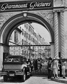 The Paramount Pictures gate in 'Sunset Boulevard' a film by Billy Wilder, starring Gloria Swanson and William Holden. Golden Age Of Hollywood, Vintage Hollywood, Classic Hollywood, Hollywood Scenes, Erich Von Stroheim, Black And White Photo Wall, Black And White Aesthetic, California Dreamin', California History