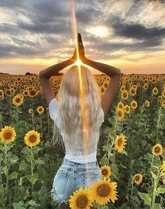 New Jewerly Photoshoot Ideas Hair Ideas Senior Photography, Portrait Photography, Photography Ideas, Hippie Photography, Fotografie Portraits, Senior Year Pictures, Hippie Senior Pictures, Sunflower Photography, Sunflower Pictures