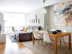 Delimitar ambientes en esta casa de estilo nórdico y decoración en madera blanco y amarillo.