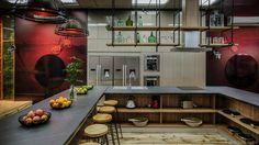 La cocina en tonalidades tales como la arcilla y la madera se pierden en un espacio donde los jardines verticales y los colores saturados son un elemento común.
