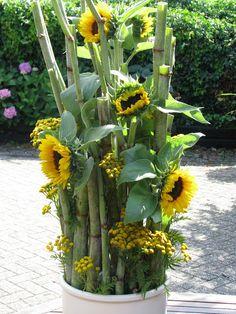 Achter-de-Linden: Zonnebloemen Sunflower Centerpieces, Sunflower Arrangements, Church Flower Arrangements, Beautiful Flower Arrangements, Floral Arrangements, Beautiful Flowers, Deco Floral, Art Floral, Garden Trellis