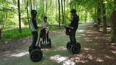Stefan Flückiger, Forstmeister der Burgergemeinde Bern, führt Interessierte auf Elektro-Rollern durch den Bremgartenwald.